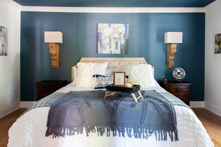 Master bedroom - king bed with temperpedic-style mattress