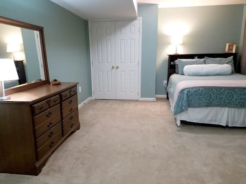 Spacious York Apt w/ Kitchen and Private Entrance