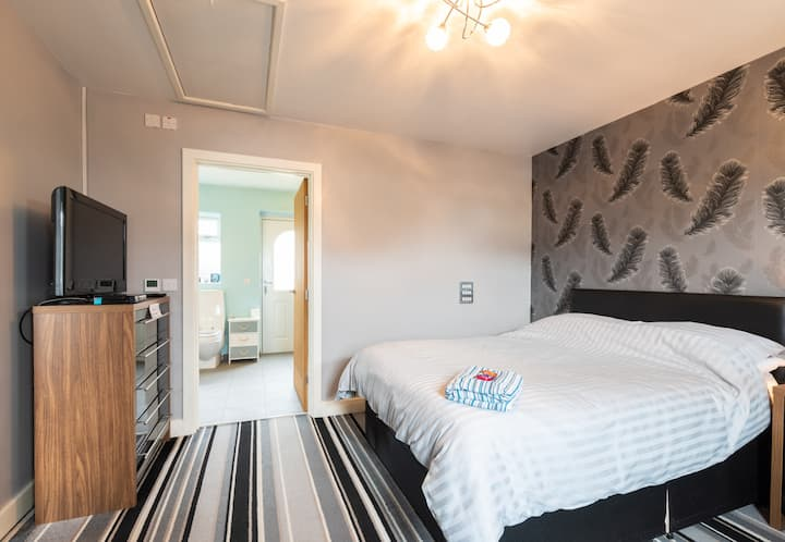 Self contained rooms with private access & parking
