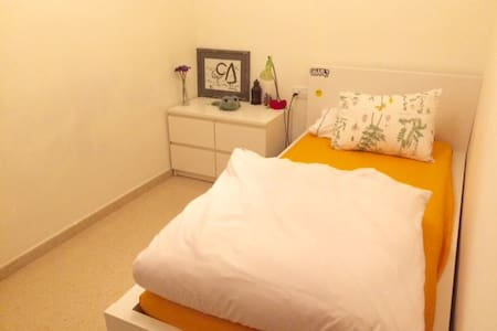 Hab. privada en piso compartido - Terrassa - Lägenhet