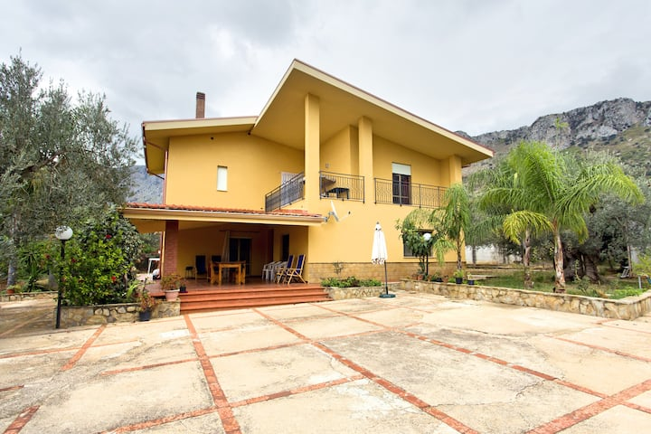 VillaGiu,10minutes from airport,close to beach.