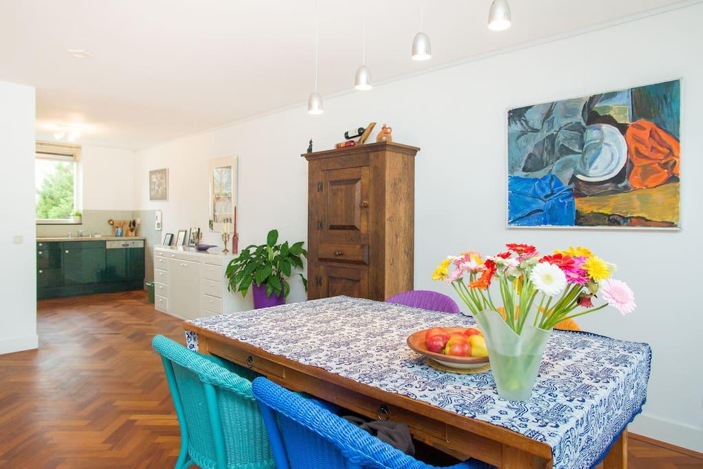Eetkamer en keuken zichtbaar op de achtergrond