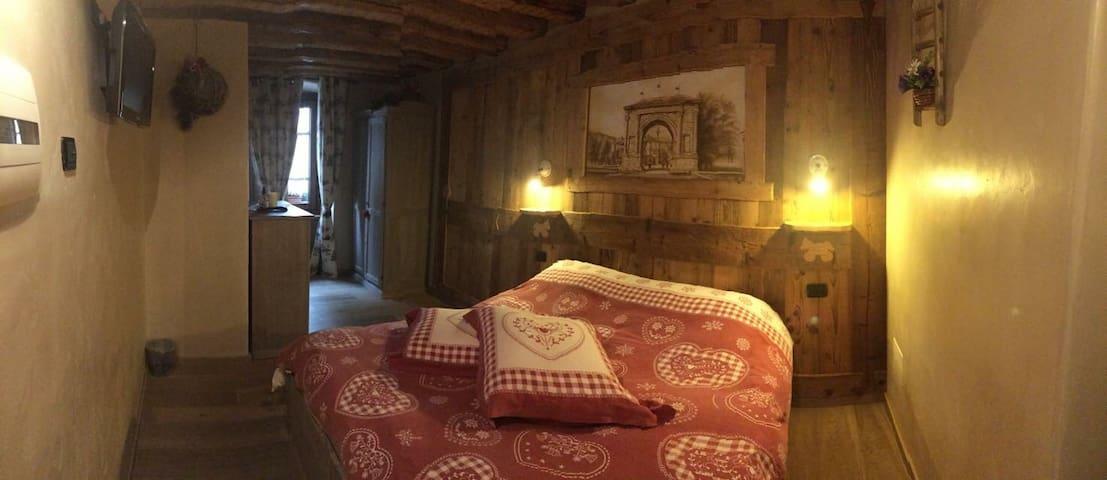 Stanza Arco d Augusto centro Aosta - Aosta - Bed & Breakfast