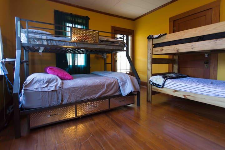 Cajun Stays - Cajun Hostel on the Crest Bed #1