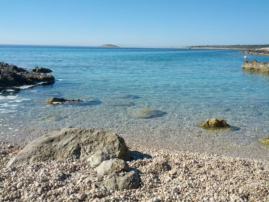 25 minutes walk to a small beach with a unique view of the sea, islands, ideal to relax and enjoy your vacation.