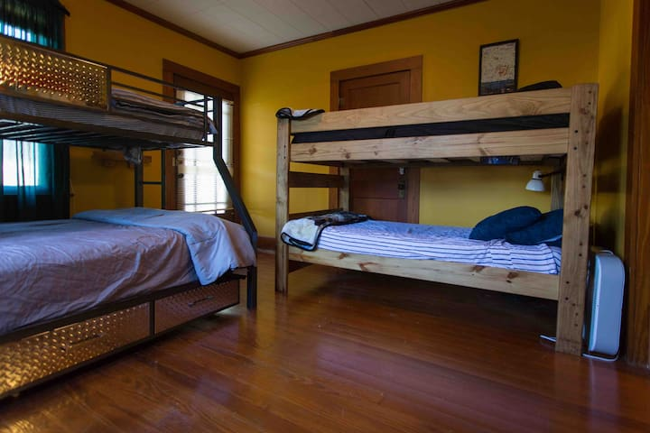 Cajun Hostel On The Crest *ENTIRE DORM*