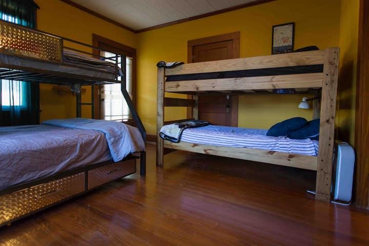 "Cajun Stays ""Cajun Hostel on the Crest""Entire Dorm"