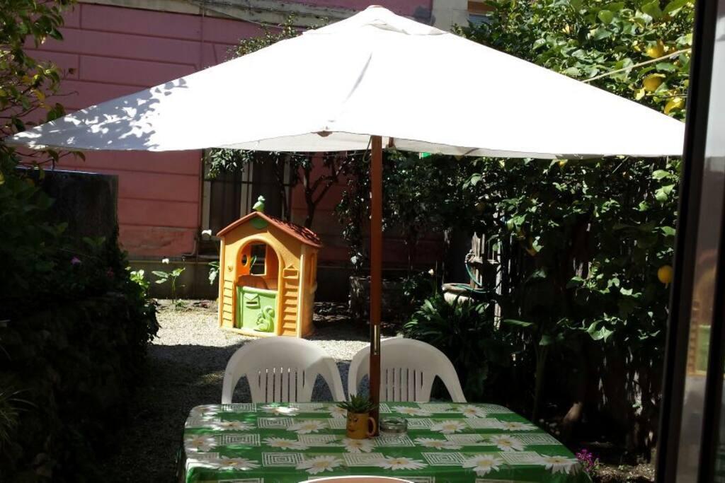 Giardino per gli ospiti con possibilità di mangiare all'aperto e relax.
