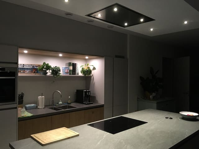 Kitchen with cooking Island, oven, microwave, dishwasher, quooker en coffeemachine.