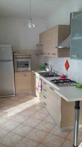 Luminoso alloggio con garage,  Asti - Asti - Lägenhet