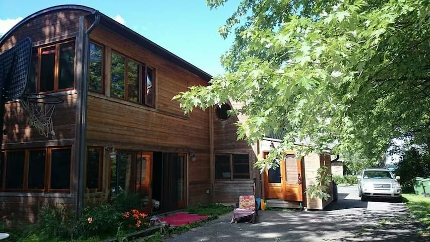 One bedroom, shared bath (we have a yoga studio) - Pierrefonds - House