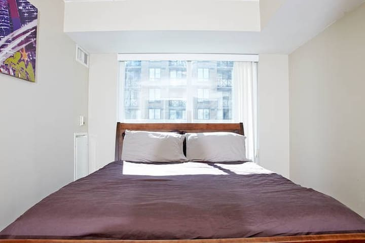 Private bed & BATH in downtown core
