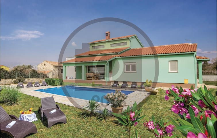 Semi-Detached with 3 bedrooms on 141 m²