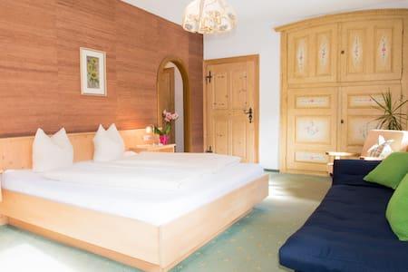 BnB, Doppelzimmer Gästehaus Sonne - Bichlbach - ที่พักพร้อมอาหารเช้า