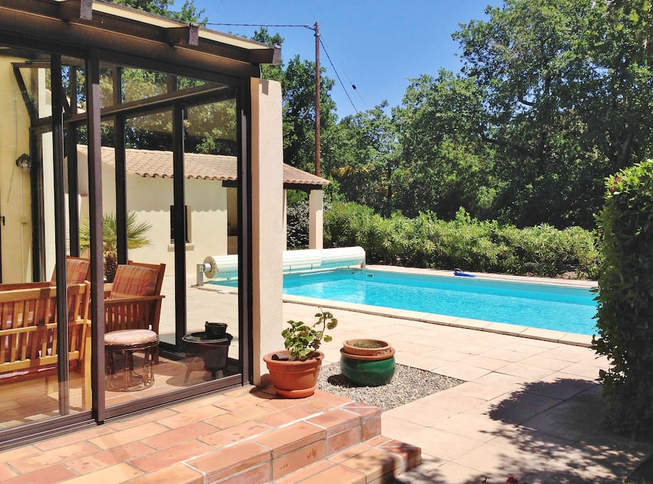 Le pool house vu de la véranda