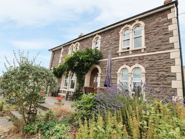 ROSEHILL, pet friendly, with open fire in Abergavenny, Ref 965384