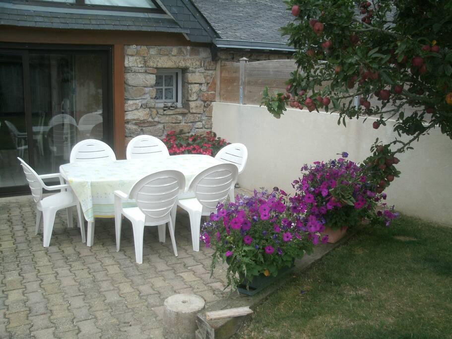 petit coin  terrasse  avec barbecue et salon de jardin