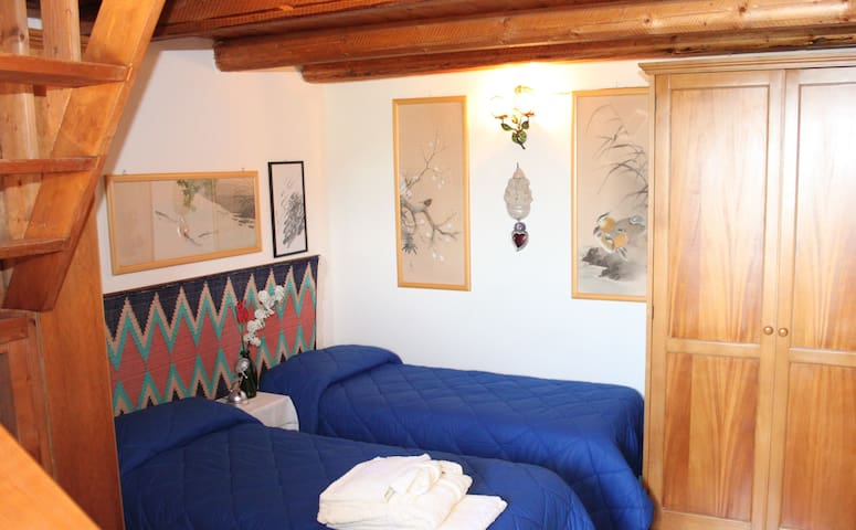 camera doppia o matrimoniale con sopplaco-twinbed room or doublebed room with mezanine 2 or 4 people with ensuite bathroom