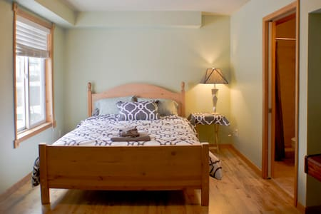Quiet, central private queen bed and bath - Missoula - 独立屋