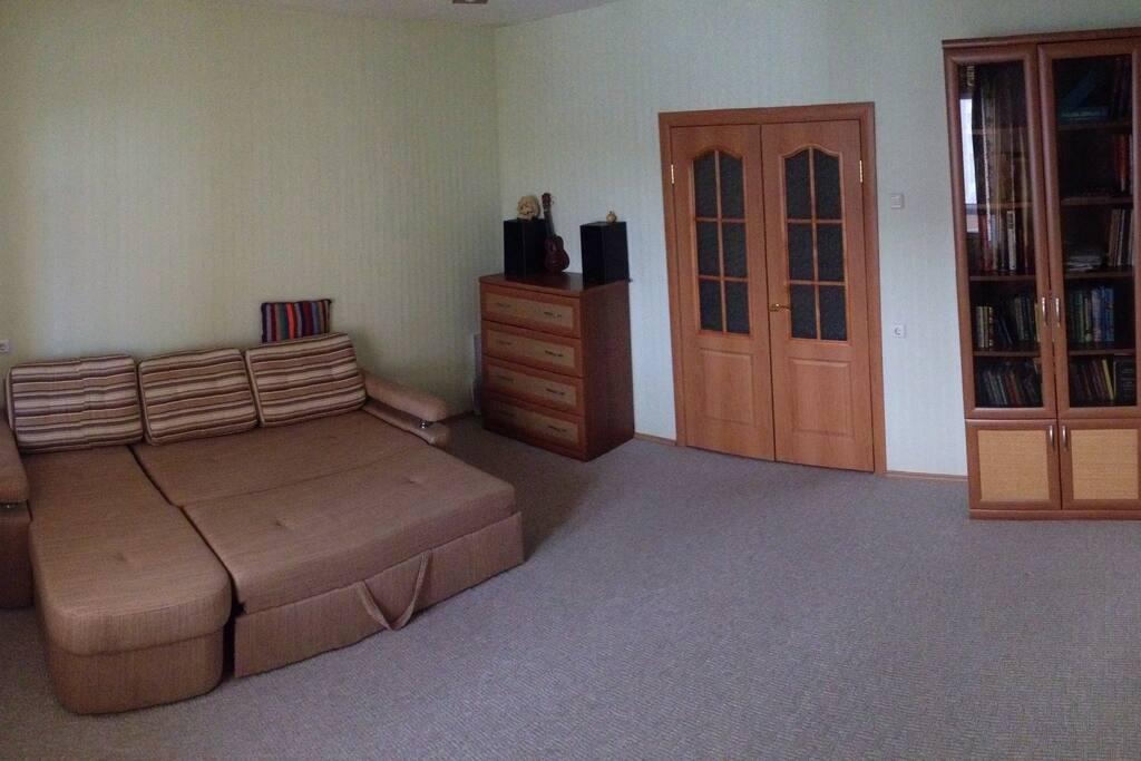 Двухспальная кровать, удобная мебель