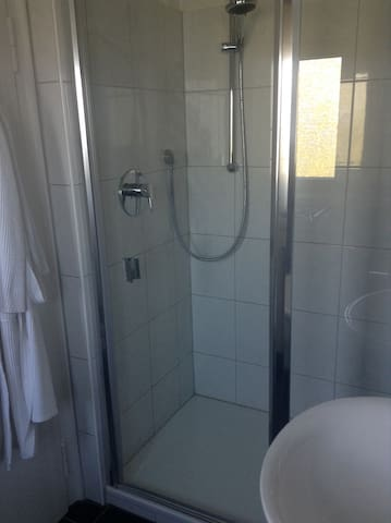 Eigenes Bad mit Dusche, WC, Waschbecken, Fön usw.
