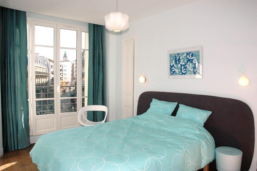 chambre avec lit-double 160x200  réveil en douceur et agréable via la baie vitrée+AC