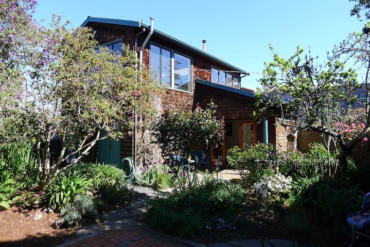 West Berkeley Paradise with Hottub