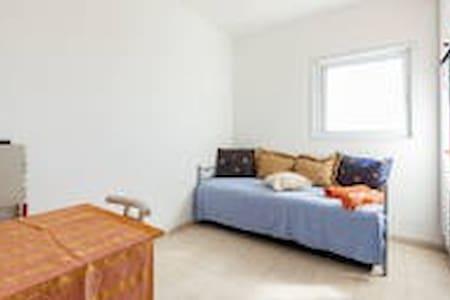 comf room-front of Weitzaman instut - Rehovot - Apartment