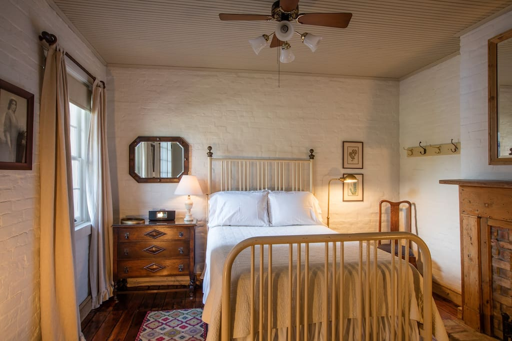 Private suite bath overlooking courtyard in treme for Chambre d hotes orleans