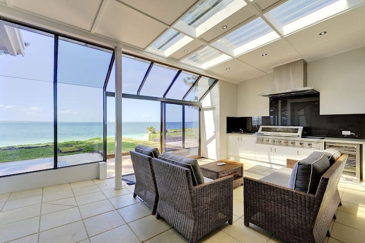 Whispering Sands, 10 Sandy Point Road - Luxury waterfront home with aircon, WIFI & Foxtel