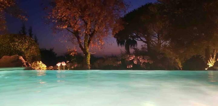 Chambre romantique dans un jardin idyllique...