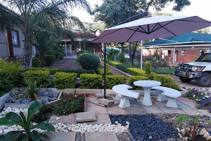 Palm Leaf Gardens > ROOM 7 (seven)