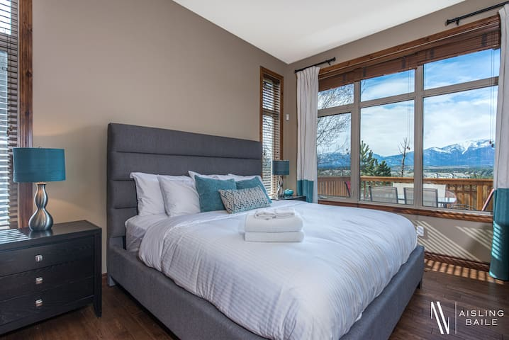 Master Bedroom- King size bed and unbeatable views.