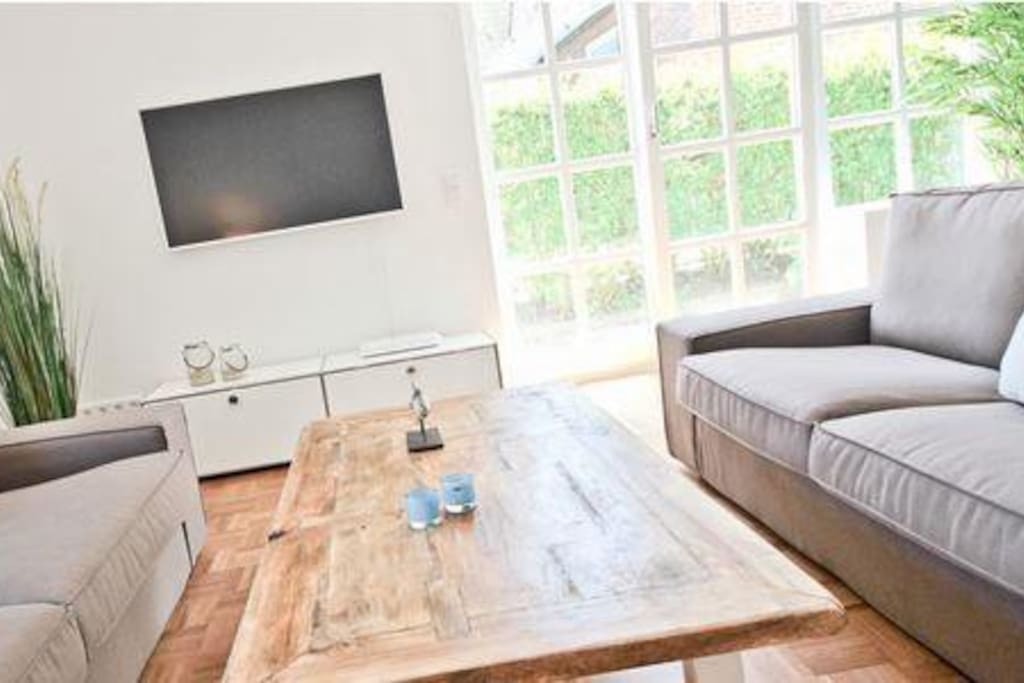 Wohnzimmer: 3er-Couch, 2er-Couch, Einzelsessel (Rattan) ... gemütlich eingerichtet mit 3D-TV, USM Lowboard, ...