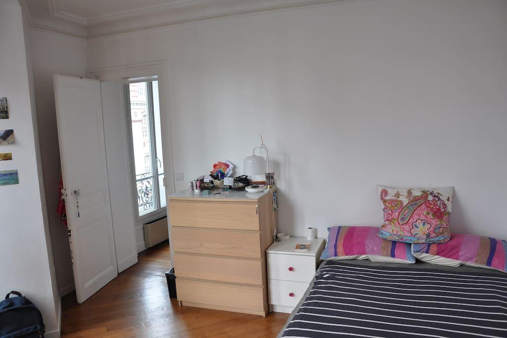 grande chambre lumineuse disponible une semaine appartements louer paris le de france. Black Bedroom Furniture Sets. Home Design Ideas