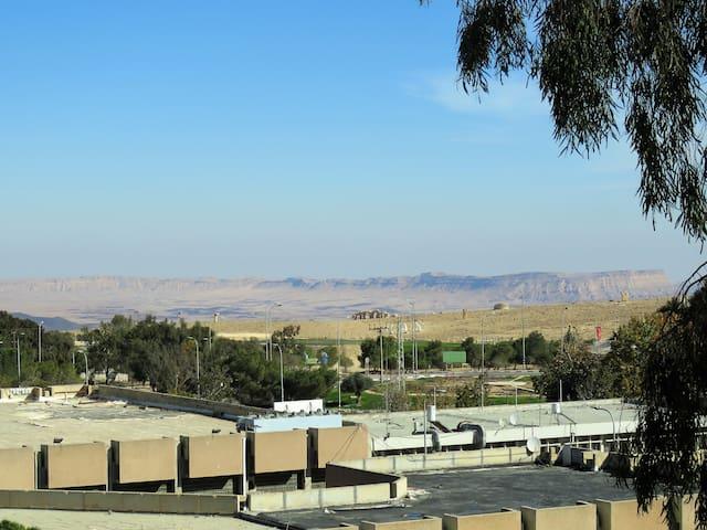 Casa de desierto con balcon y vistas
