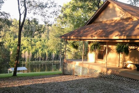 Cedar Chapel Cabin is remote and private w/a lake. - Hillsboro - Cabane