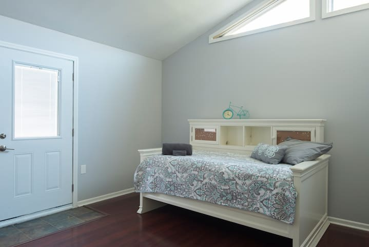 Great room with a twin daybed and desk for any little ones you bring.