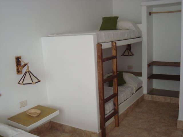 dormitorio con camarote