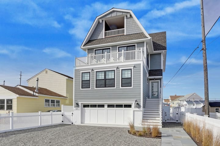 AWESOME NEW 5BR HOME - 1 BLOCK TO BEACH -SLEEPS 12