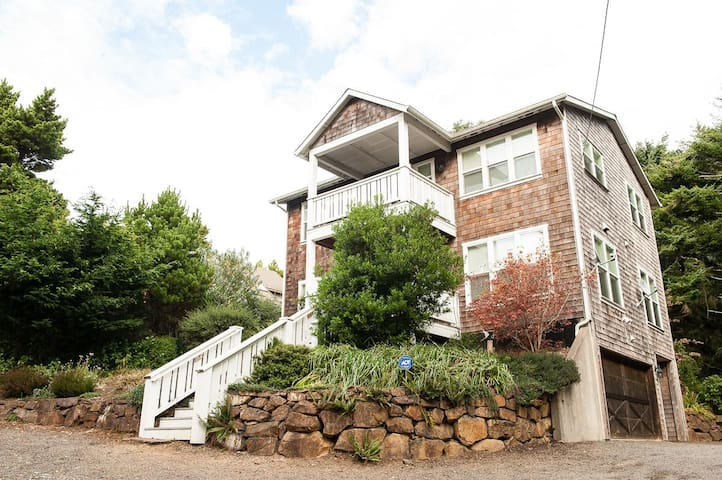 Beautiful 4 bedroom Lincoln City house close to the beach and Casino!