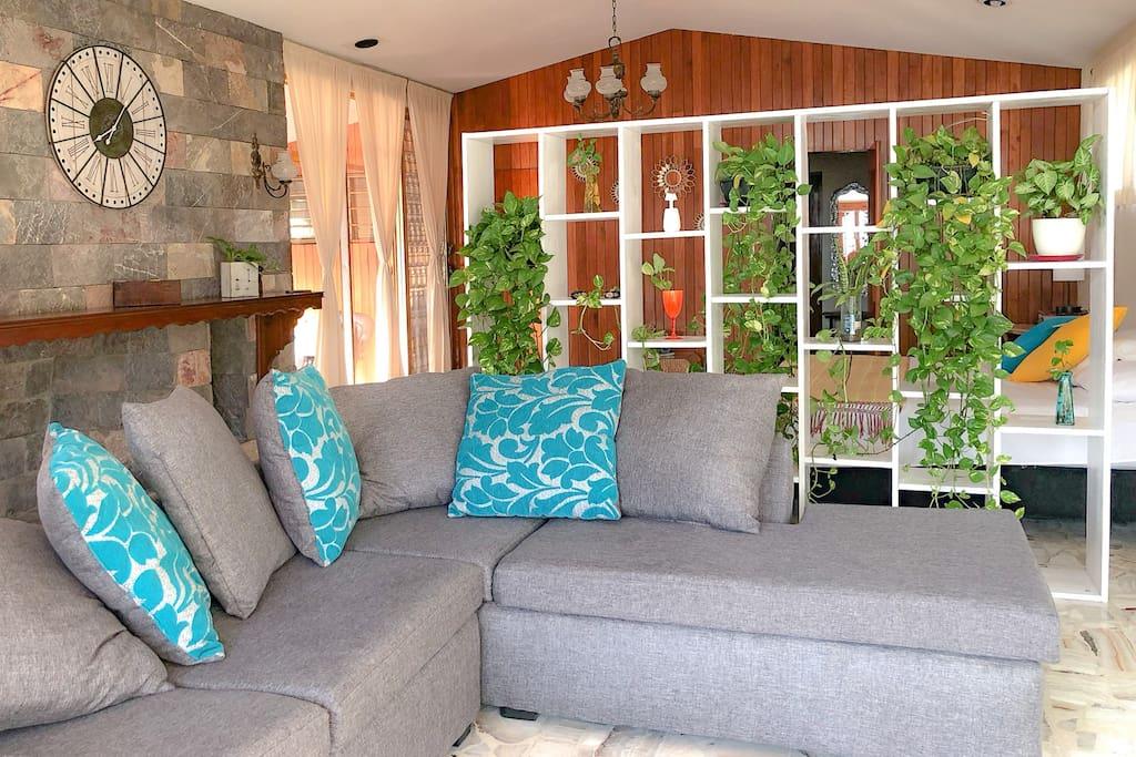 Disfruta de este amplio espacio, con pisos de mármol, paredes de cedro y acabados vintage.