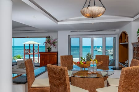 Beachfront House in Hotel Zone! Spectacular views!