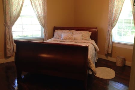 Away Inn a Manger. Floral Queen bed - Williamstown - Bed & Breakfast