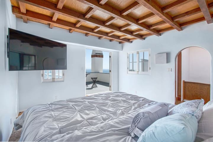 """King sized bed with a brand new 55"""" 4K Smart Tv. Oh and don't forget about the endless view of the ocean"""