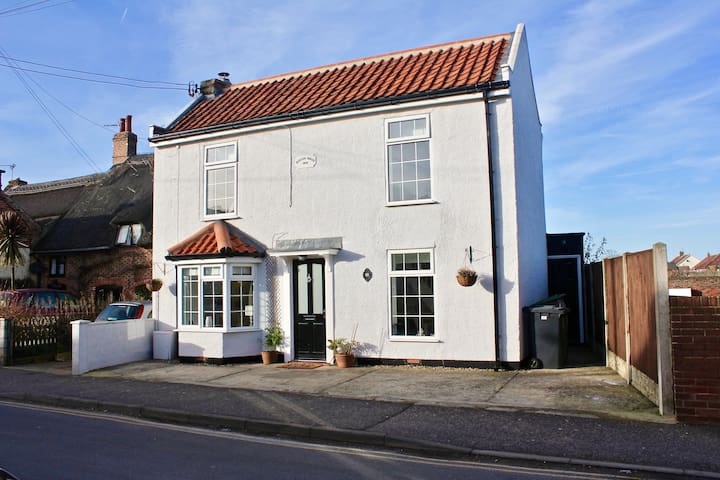 Quirky, Beautiful 3 Bedroom Cottage close to Sea