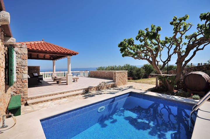 Rural villa with pool and sea view