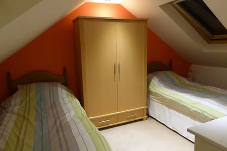 Twin Bedded Room - Loft conversion - Cardiff - Bed & Breakfast
