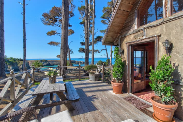 Oceanfront cottage w/ private deck, firepit & amazing views - minutes to town!