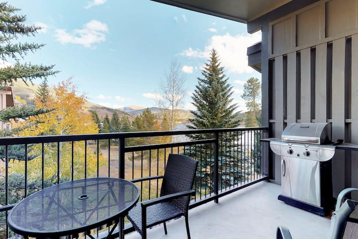 Condo w/private balcony & lake view plus indoor hot tubs & pool